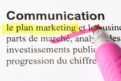 Communication, marketing, texte surligné avec un stylo-feutre jaune